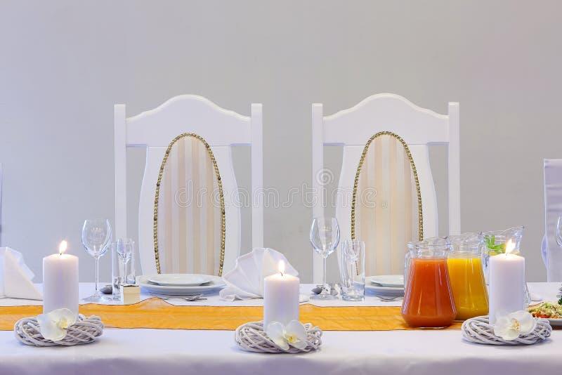 主持新娘和新郎在结婚宴会面前 免版税图库摄影