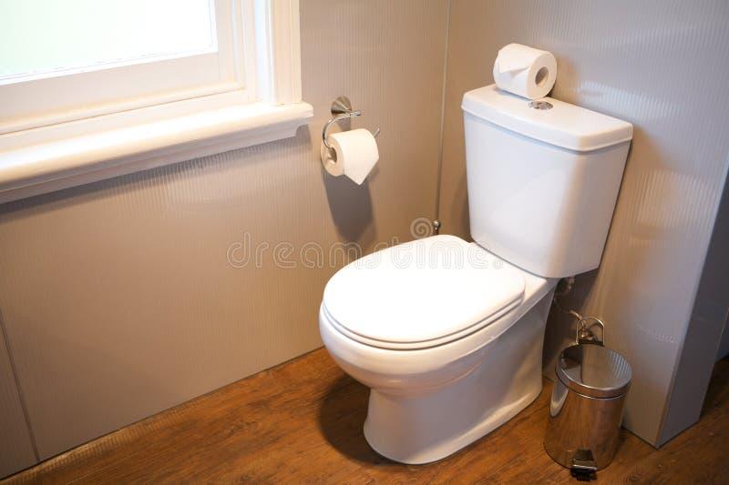 持有人家庭旅馆涉及的卷空间洗手间 免版税库存照片