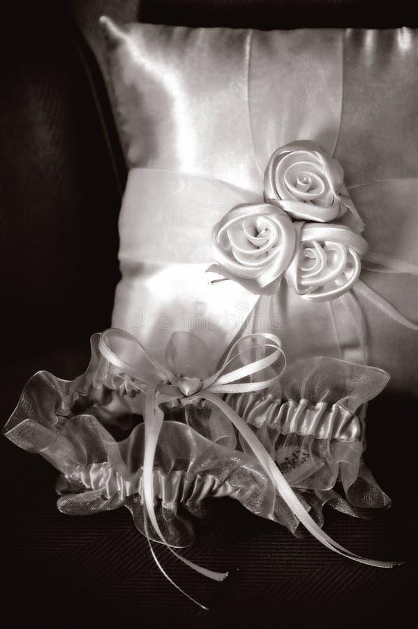 持票人新娘袜带枕头环形 免版税库存图片