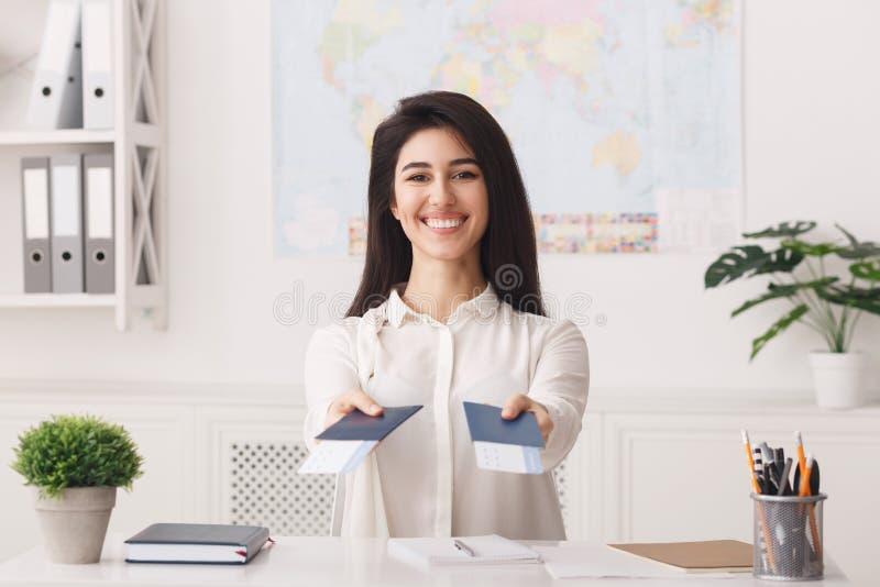 持票和护照的女性旅行代理人 免版税库存照片