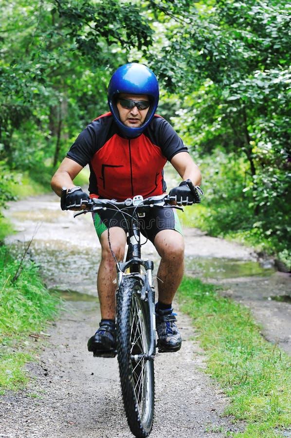 挂接室外自行车的人 免版税库存图片