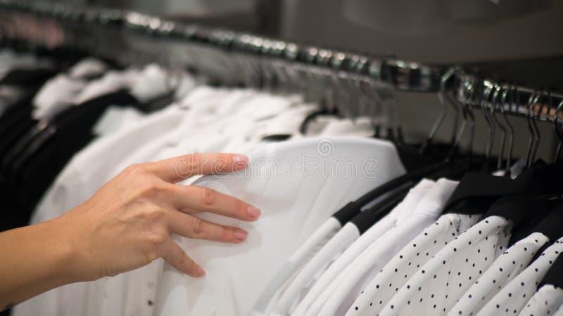 挂衣架行在百货商店的 妇女衬衣 免版税库存照片