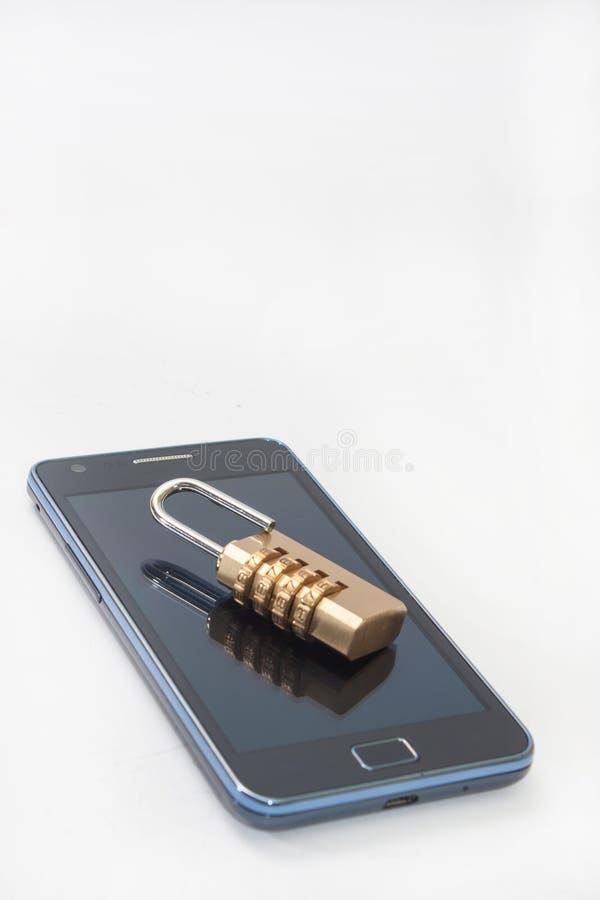挂锁与在手机的数字组合 图库摄影