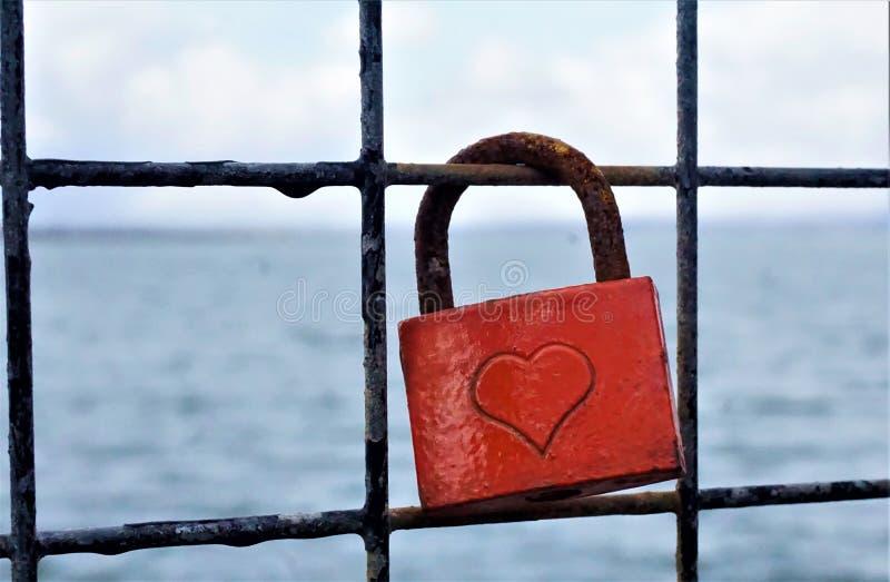 挂锁与心脏和海在背景中 库存照片