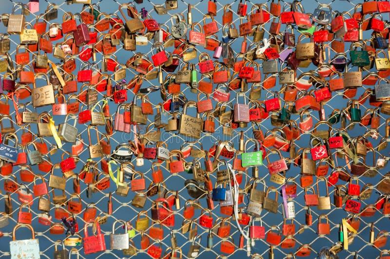 挂锁作为永恒爱的标志在一座桥梁的在河萨尔察赫河的萨尔茨堡奥地利 库存图片