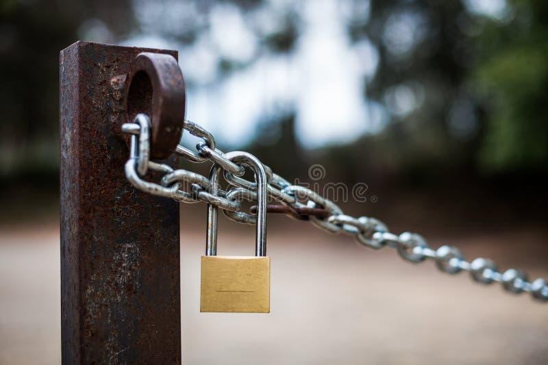 挂锁和链子在国家 免版税库存照片