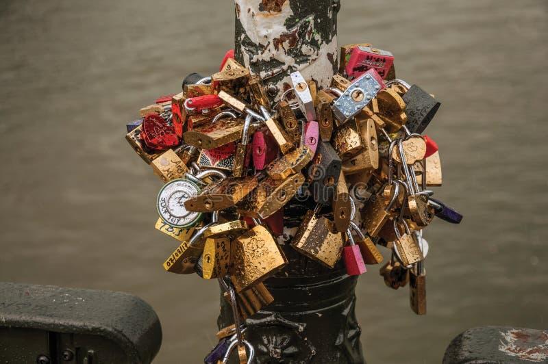 挂锁在巴黎桥梁互相紧固了  免版税图库摄影