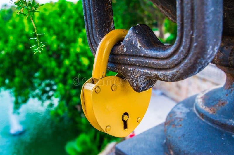 挂锁爱的心脏形式 免版税库存照片