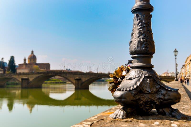 挂锁特写镜头被钩对在佛罗伦萨,意大利街道的街灯  免版税图库摄影