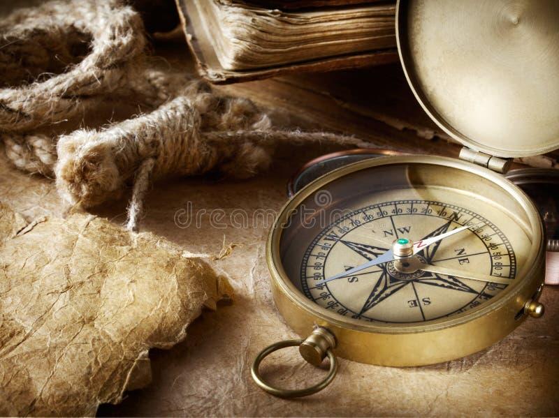 指南针、绳索和书 库存图片