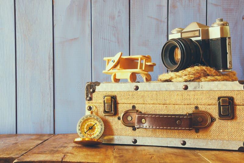 指南针、绳索、老照相机和玩具飞行 探险家概念 免版税库存图片
