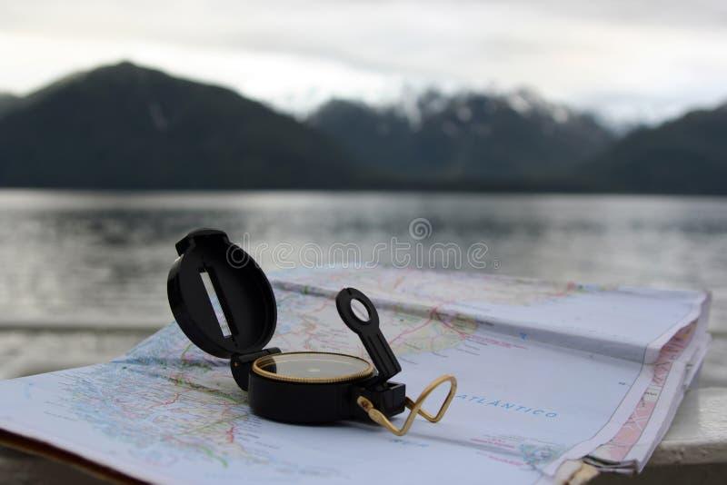 指南针和地图 免版税库存图片