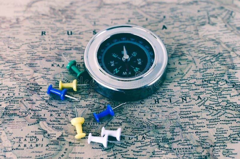 指南针和按钮在老地图 库存图片