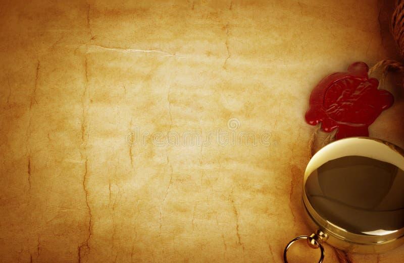 指南针和纸卷与蜡封印在葡萄酒老纸 库存图片