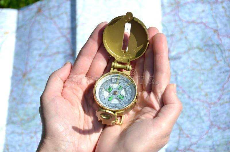 指南针在手上 库存照片