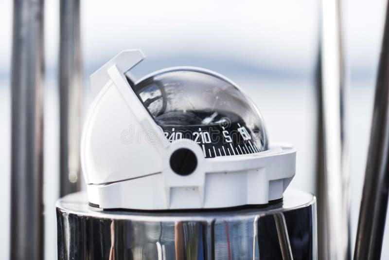 指南针,从航行游艇的一张侧视图 免版税图库摄影