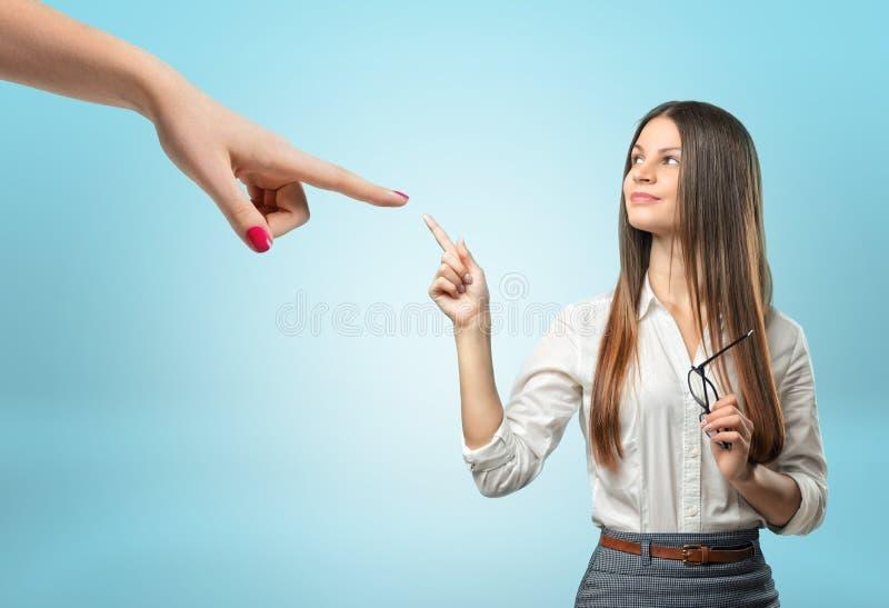 指向与她的食指的确信的女实业家巨型手 免版税库存照片