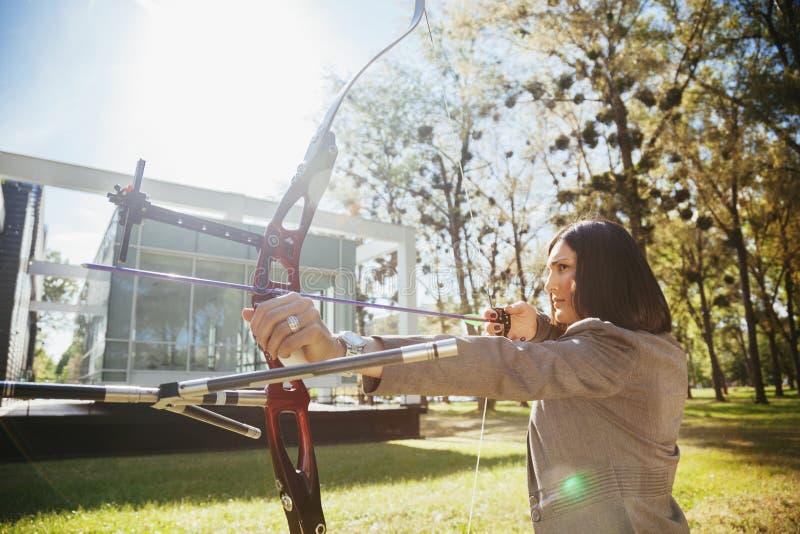指向与弓箭的女实业家目标 免版税库存图片