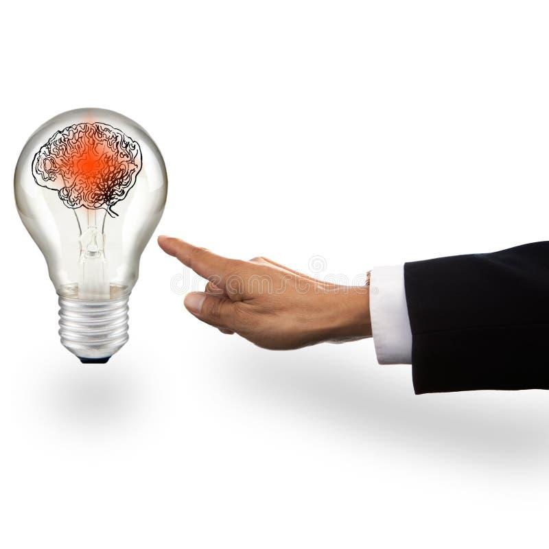 指向与红色聪明的脑子的电灯泡的商人的手 图库摄影