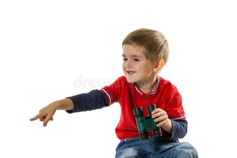 指向与他的手指的愉快的男孩 免版税库存图片
