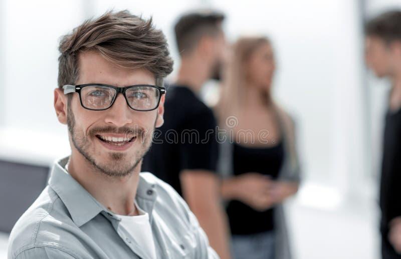 指向他的手指的微笑的人您 库存图片