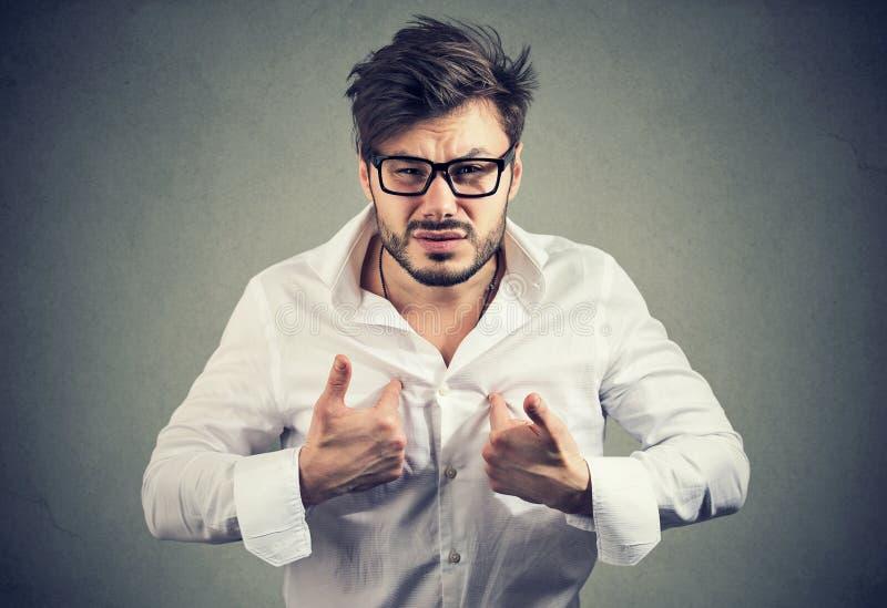 指向他自己的反应过度的人在进攻 免版税库存照片