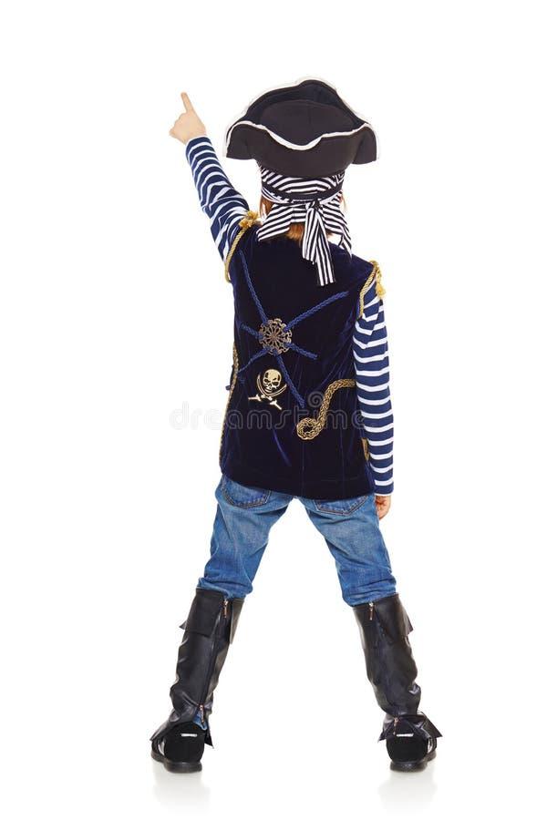 指向后面的观点的男孩海盗  免版税库存照片