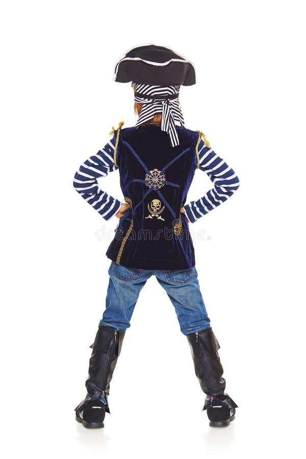 指向后面的观点的男孩海盗  免版税库存图片