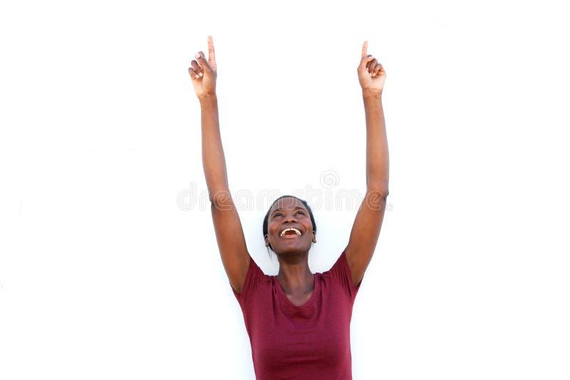 指向和微笑在白色背景的激动的妇女 免版税库存图片