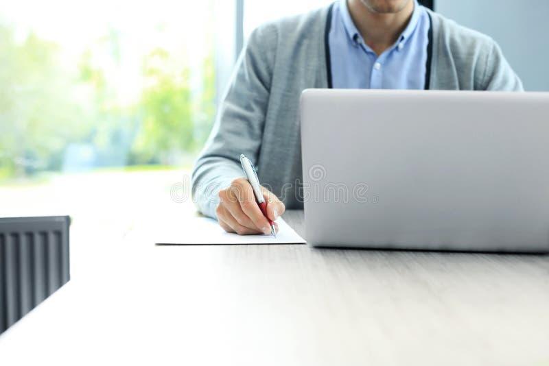 指向商业文件的商人手 特写镜头 免版税库存图片