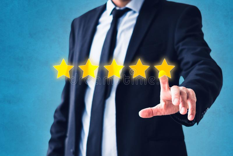 指向在五星回顾,服装反馈概念-五个星对估计的人 免版税库存照片