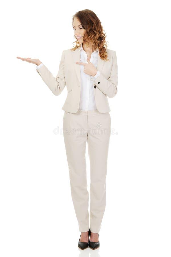 指向在她的棕榈的妇女 免版税库存照片