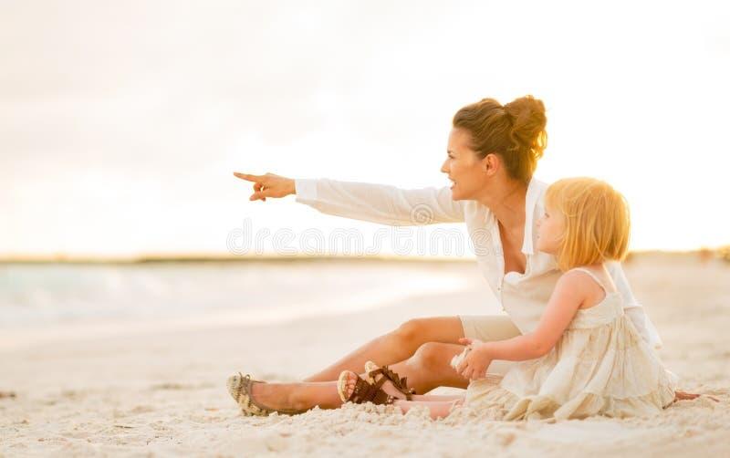 指向在拷贝空间的女婴和母亲 免版税库存图片