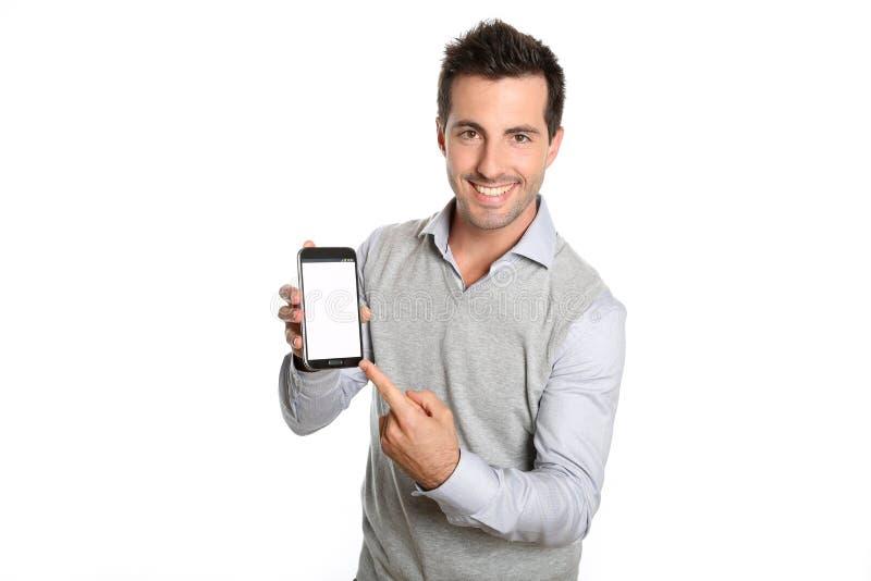 指向在智能手机屏幕上的年轻人文本 免版税图库摄影