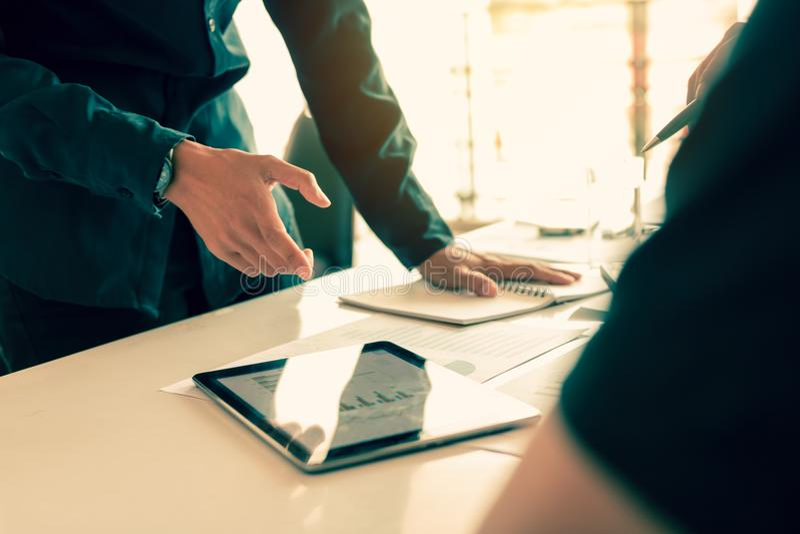 指向在片剂和雇员的经理数据咨询关于Bu 库存照片