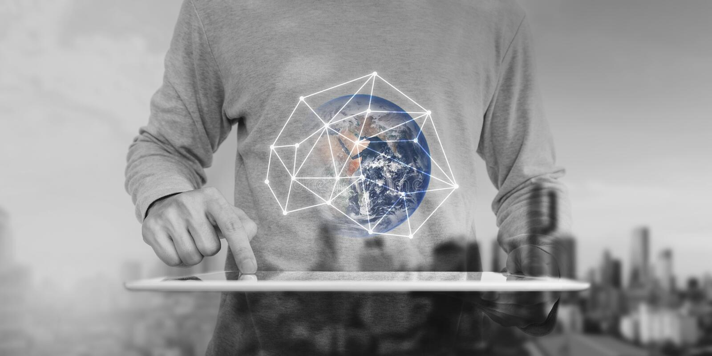 指向在现代数字式片剂,全球网络连接技术的一个人 这个图象的元素由美国航空航天局装备 库存照片