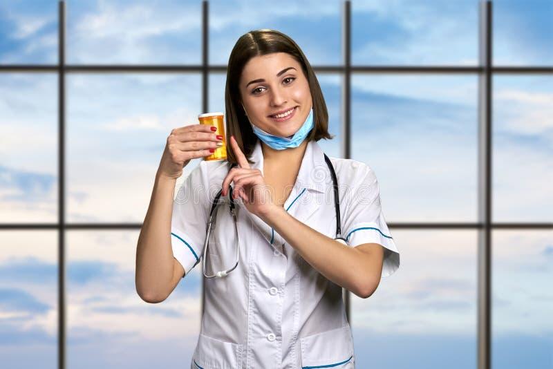 指向在药片的快乐的医生 免版税库存图片