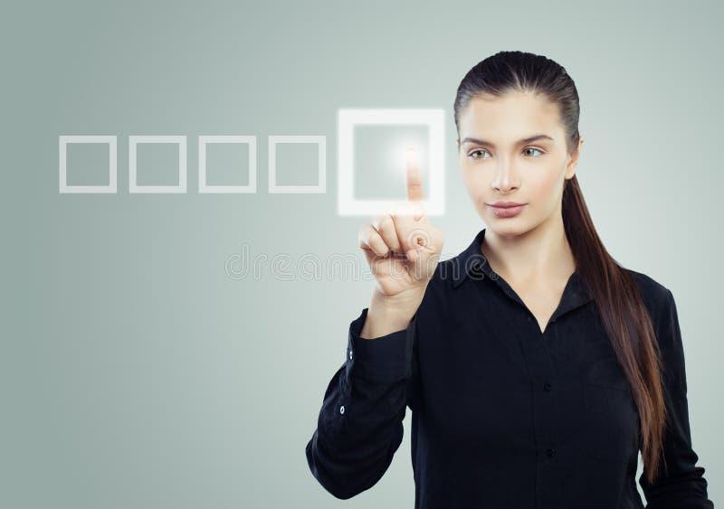 指向在蓝色背景的聪明的女实业家 免版税库存照片
