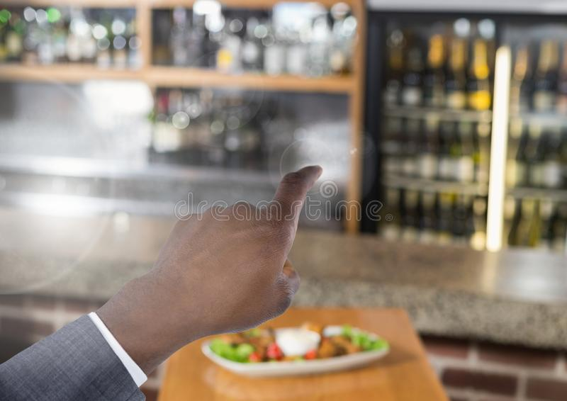 指向在酒吧的空气的手 免版税库存照片