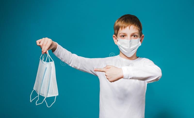 指向在面具的男孩佩带的保护面具 免版税库存图片
