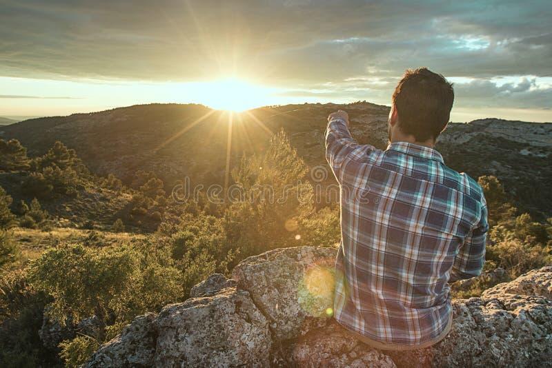指向太阳的人 库存图片