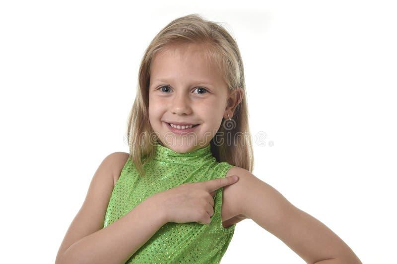 指向她的在身体局部的逗人喜爱的小女孩肩膀学会学校绘制serie图表 库存照片