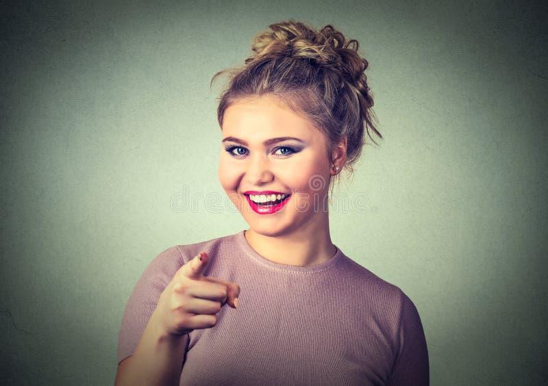 指向她的手指的微笑的妇女您 免版税库存照片