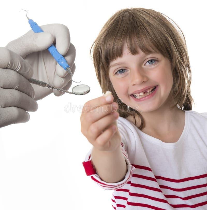指向她的缺少牙的小女孩 免版税库存照片