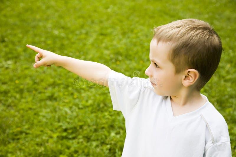 指向年轻人的男孩 免版税库存照片