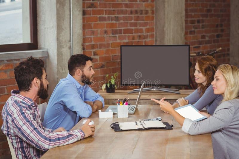 指向往男性同事的女实业家在办公室 库存图片