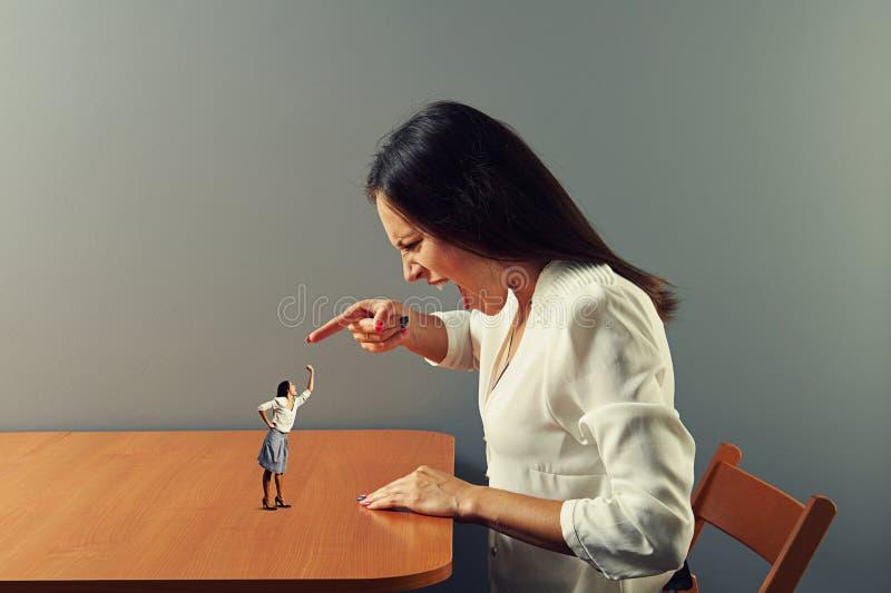 指向恼怒的少妇尖叫和 库存照片