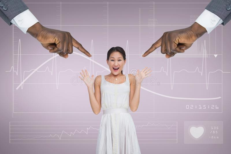 指向惊奇的女商人的手反对与心电图的桃红色背景 库存照片