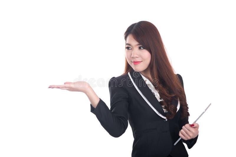 指向或当前在白色空间的微笑的聪明的女商人 库存图片