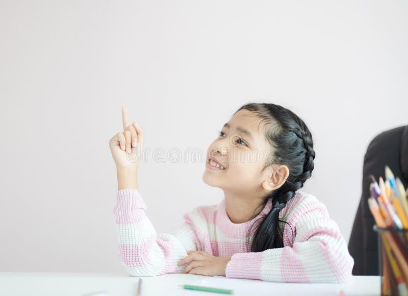 指向手指和微笑充满幸福的画象小亚裔女孩与拷贝空间精选的焦点浅景深 免版税库存图片